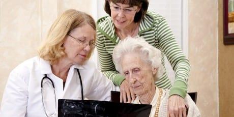 iStock_ältere_Frau_mit_Ärztin