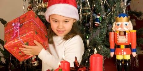 Fotolia_Kind_Weihnachtspäckchen