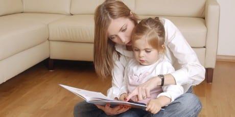 iStock_Mutter_liest_mit_Tochter