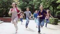 iStock_Kinder_rennen_in_die_Schule