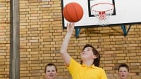 IS686_Jungs_spielen_Basketball